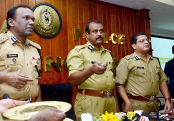 THIRUVANANTHAPURAM, OCT 19 (UNI):- Director General of Police T P Senkumar launching on-line booking for pilgrims to Sabarimala in the coming season, in Thiruvananthapuram on Monday. Also seen I G Manoj Abraham (L) I P Padma Kumar (R). UNI PHOTO-112U