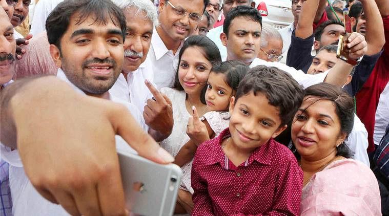 CHANDY OOMMEN AND Oommen Chandy with family take a selfie